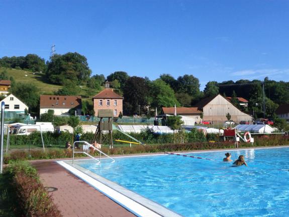 Finkenbach Schwimmbad mit Bühnenblick